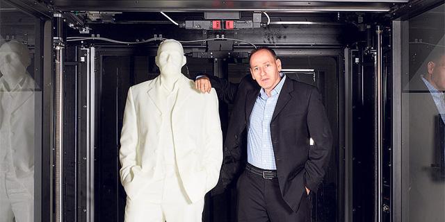 """מנכ""""ל מאסיבית ארז צימרמן בתוך מדפסת של החברה, צילום: חברת מאסיבית"""