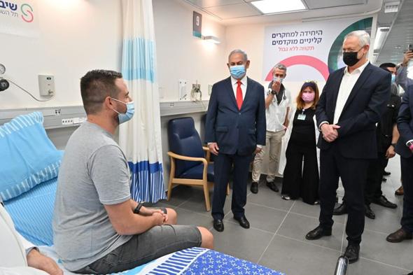 בנימין נתניהו בני גנץ עם שגב הראל שקיבל את ה חיסון הראשון ל קורונה, צילום: אריאל חרמוני ,משרד הביטחון