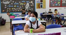 תלמידים מסכה בית ספר קורונה לימודים כיתה , צילום: רויטרס