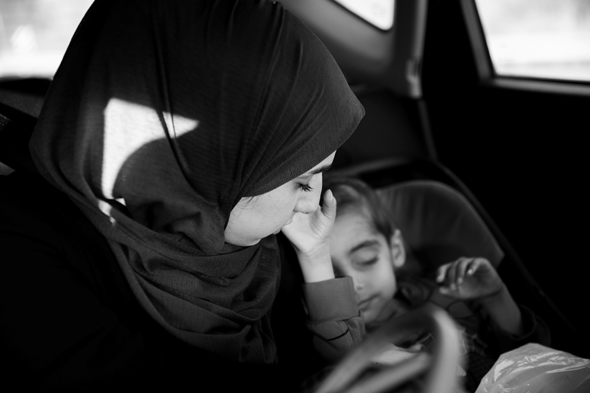 סהמאן אלחוש ואמו בדרך ל בית חולים, צילום:  מיטל דור