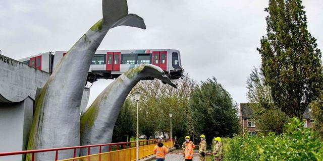 רוטרדם: רכבת פרצה מחסום וניצלה בזכות פסל של לווייתן