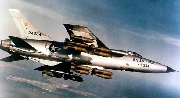 מפציץ מדגם F105 עמוס פצצות, בדרכו למטרה