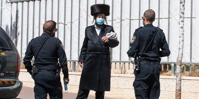 בעולם מקשיחים את קנסות הקורונה, בישראל מקפיאים