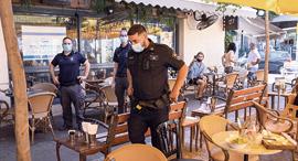 בית קפה פתוח בזמן הסגר ביפו, צילום: טל שחר