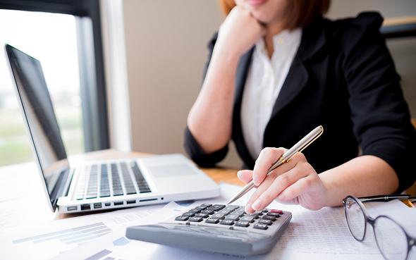 נשים אישה חיסכון פנסיה מחשבון מחשב אשת עסקים 2, צילום: שאטרסטוק