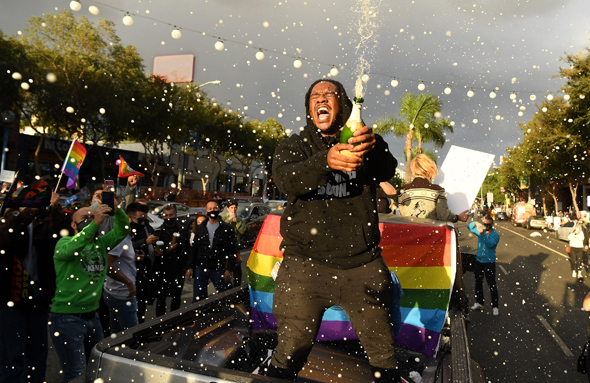 צעיר שחור חוגג את הניצחון, צילום: אם סי טי