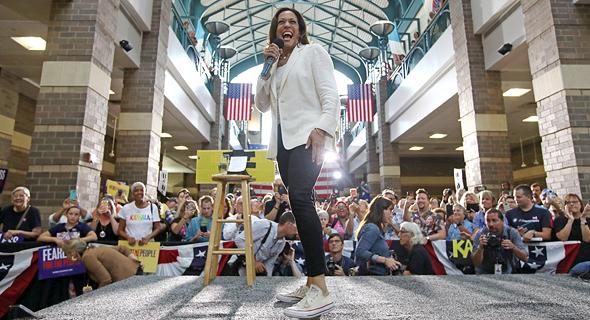 """סגנית נשיא ארה""""ב קמלה האריס במקטורן לבן מעל טי שירט ג'ינס וסניקרס"""