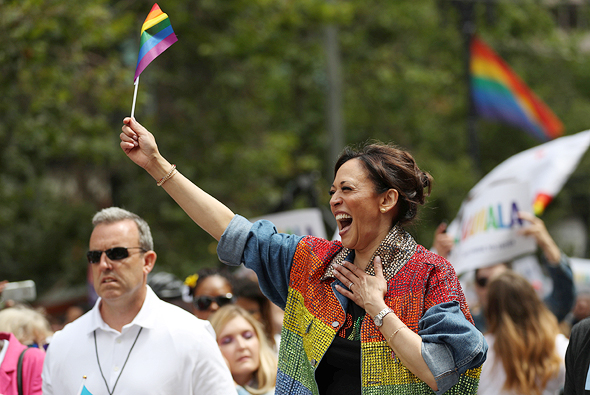 """סגנית נשיא ארה""""ב קמלה האריס בז'קט בצבעי דגל הגאווה"""