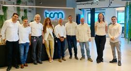 שני וגבי בר עם צוות ההנהלה במטה הישראלי במשרדי TCM בהרצליה , צילום: מיקי סויסה