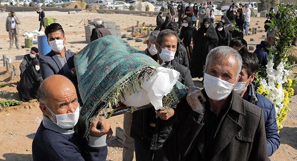 לוויה של חולה קורונה בטהרן (ארכיון)