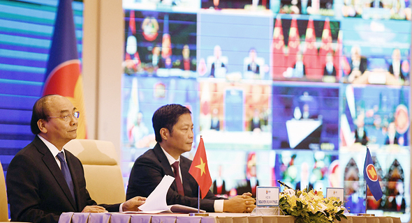 """ר""""מ וייטנאם ושר התעשייה והמסחר שלה בוועידה המקוונת היום, צילום: איי אף פי"""