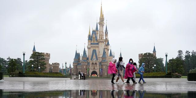 היפנים מבלים בדיסנילנד, הכלכלה מתרחבת וגם התחלואה