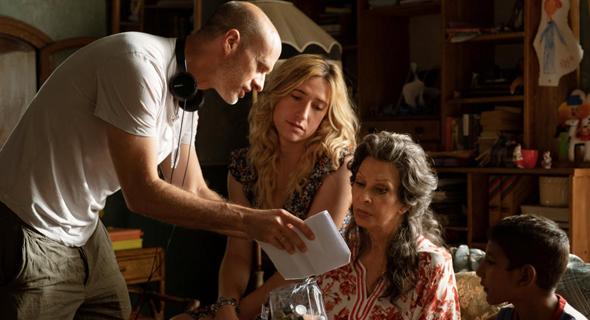 """אדוארדו פונטי מדריך את אמו סופיה לורן על הסט של """"כל החיים לפניו"""". געגוע הדדי של השחקנית ושל הצופים"""