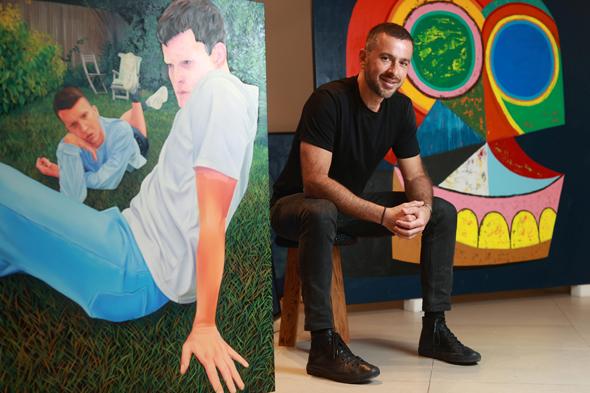 סטיב נסימה לצד עבודות מתוך התערוכה בגלריה החדשה