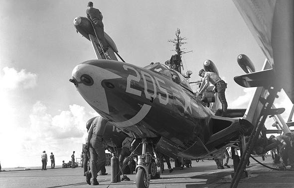 מטוס פנתר על נושאת מטוסים, כנפיו מקופלות כדי לחסוך במקום. שימו לב לתותחים בחרטום