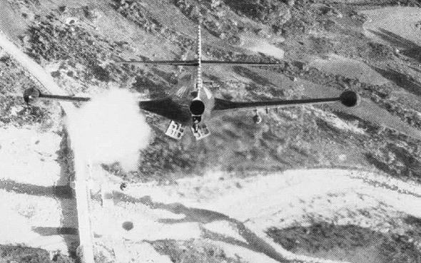פנתר תוקף גשרון בצפון קוריאה, עם מעצורי אוויר פתוחים בגחונו; שימו לב לעננת העשן מתחת לכנף שמאל - זהו ירי רקטת HVAR