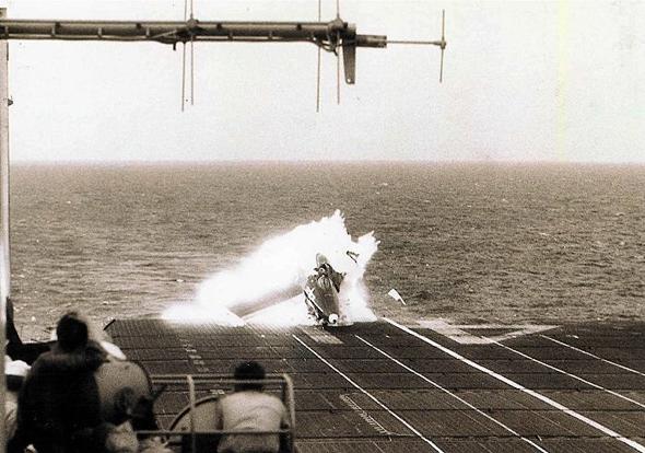 פנתר מתנפץ על דופן נושאת המטוסים מידוויי. הטייס, ג'ורג' דאנקן, נפצע אך החלים וחזר לשירות