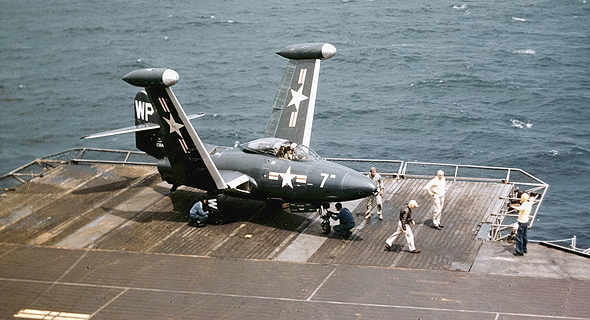 פנתר על מעלית נושאת מטוסים