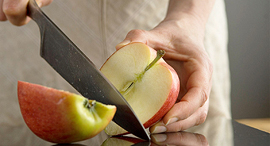 הפרדת חשבונות תפוח חצוי סכין, צילום: גטי אימג'ס