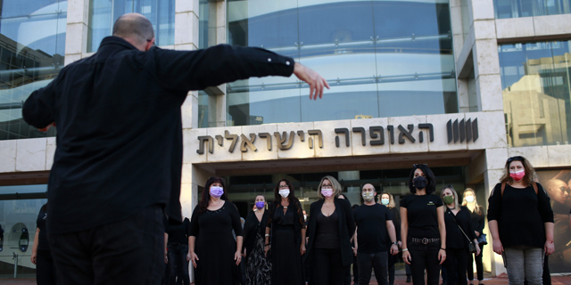 """במחאה על ההחלטה לפטר 55 מבין 62 זמרי מקהלה: """"שירת העבדים"""" ברחבת בית האופרה"""