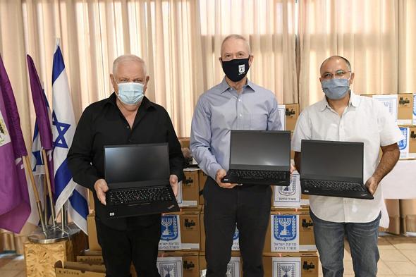 גלנט מחלק מחשבים בנוף הגליל