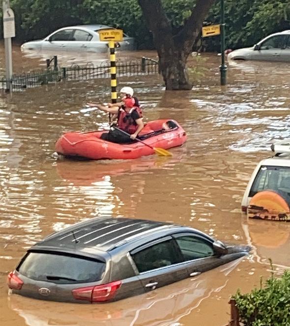 מכוניות עמוק במים בנס ציונה, צילום: תמיר פרוקס