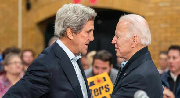 """מימין"""" הנשיא ג'ו ביידן וג'ון קרי"""