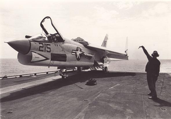 מטוס F8 קרוסיידר על סיפון נושאת מטוסים
