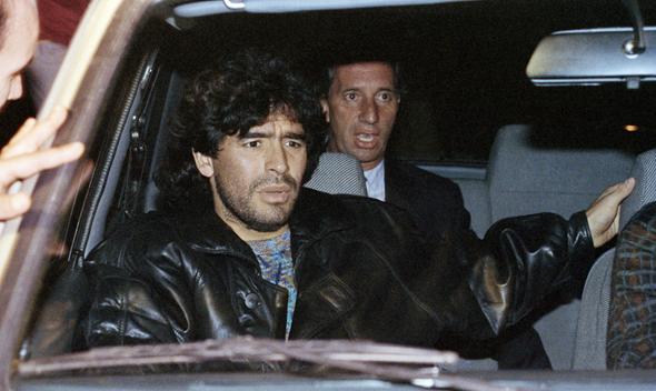 רגע השפל. מראדונה לאחר שנתפס בשימוש בסמים ב-1991. מאחור: מאמן ארגנטינה קרלוס בילארדו, צילום: איי פי