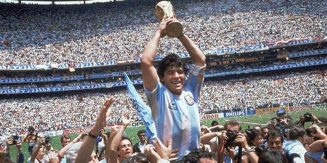 מראדונה מניף את גביע העולם ב-1986, צילום: איי פי