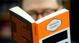 """ספר בהוצאת פינגווין, שנרכשה ע""""י ברטלסמן"""