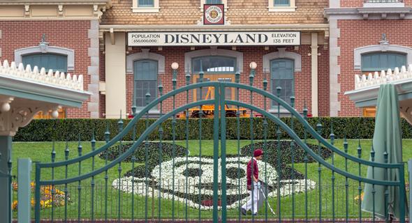 שעריו הסגורים של פארק דיסנילנד בקליפורניה