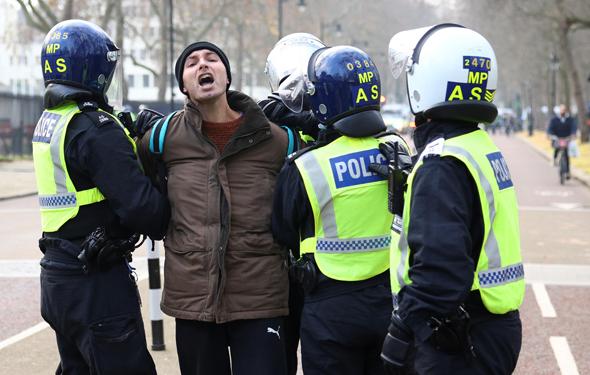 מעצר מפגין בלונדון, היום, צילום: רויטרס