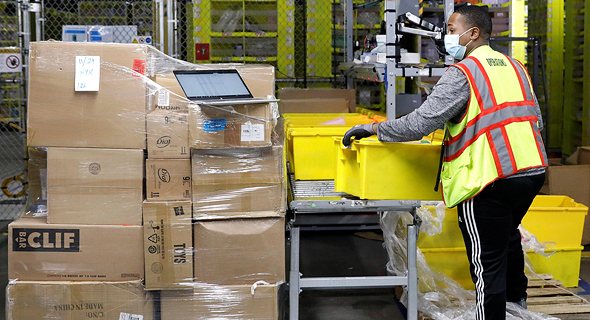 עובד אמזון במחסן בסטאטן איילנד ניו יורק, צילום: רויטרס