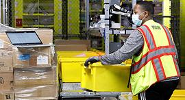 עובד אמזון במחסן ב סטאטן איילנד ניו יורק, צילום: רויטרס