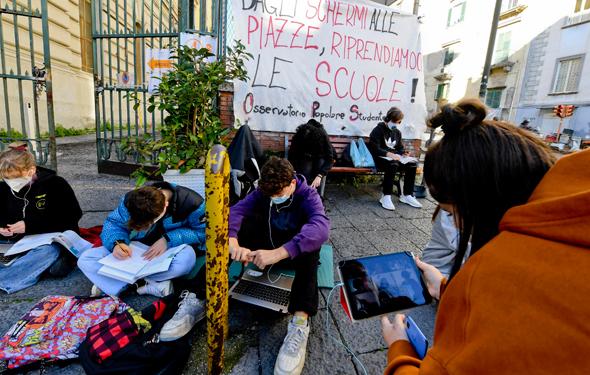 תלמידי תיכון מוחים בנאפולי נגד ההגבלות