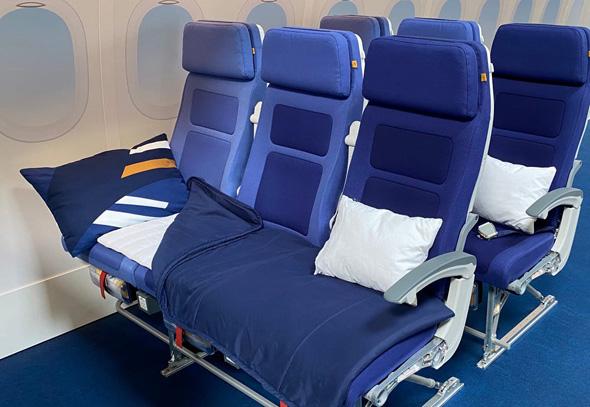 ערכת שינה במחלקת התיירים , צילום: Lufthansa