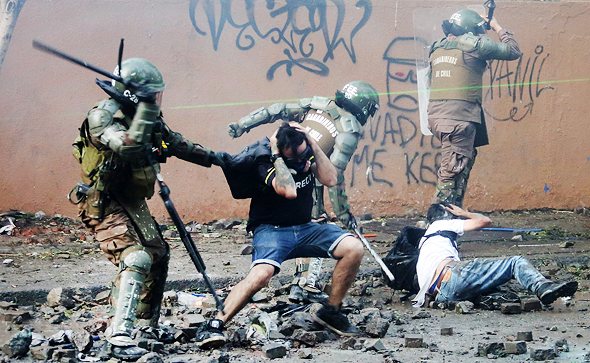 דיכוי הפגנה בצ'ילה ב-2019. המשטר מפעיל מערכת של סירקלס