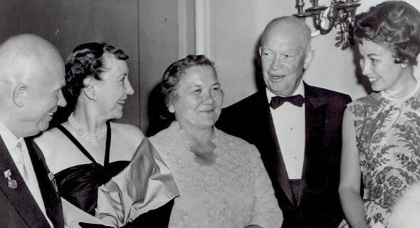 אל תטעו בחיוכים האלה. הנשיא אייזנהאוור (מימין) בפגישה עם מקבילו הרוסי חרושצ