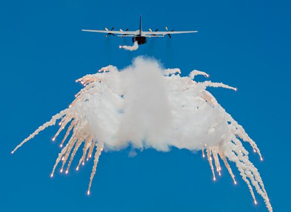 מטוס משחרר נורים. האם זה הפיתרון? , צילום: שאטרסטוק