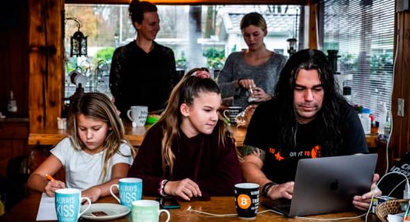 משפחת טאיהוטו. משקיעים בביטקוין ומטיילים בעולם