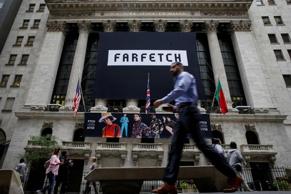 כרזה של Farfetch על בניין הבורסה בניו יורק
