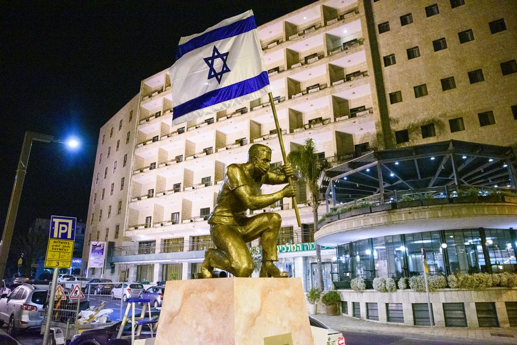 הפסל של האמן איתי זלאיט שהוסר מכיכר פריז בירושלים