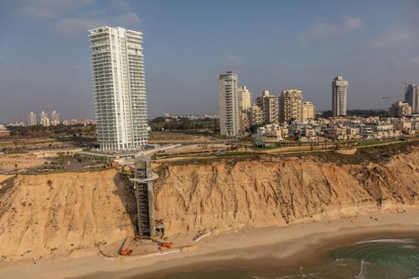 מלון איילנד ומעלית ירידה לחוף שאינה בשימוש, צילום: רן אליהו