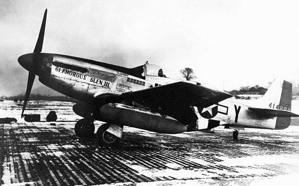 """מטוס המוסטנג של ייגר, """"גלניס הזוהרת"""", שנקרא על שם חברתו גלניס דיקהאוס"""