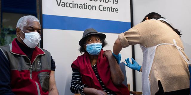 מתחסנים נגד קורונה בבריטניה, צילום: איי אף פי