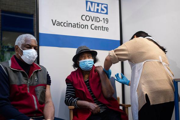 מתחסנים נגד קורונה בבריטניה