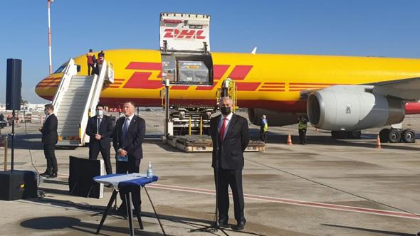 """רה""""מ נתניהו ושר הבריאות אדלשטיין, ליד המטוס ובו המשלוח הראשון של חיסוני פייזר"""