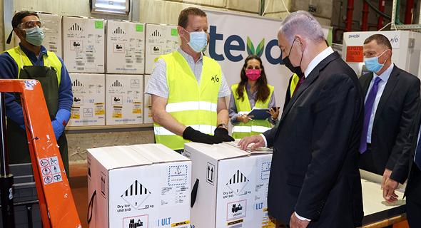 מימין שר הבריאות יולי אדלשטיין וראש הממשלה בנימין נתניהו עם החיסונים ל קורונה ב חברת טבע סלא, צילום: יריב כץ