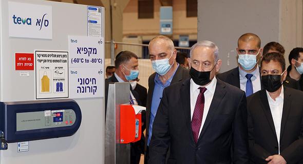 ראש הממשלה בנימין נתניהו לצד מקררים לשמירה על החיסונים ל קורונה ב חברת טבע סלא, צילום: יריב כץ